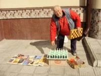 В Усть-Каменогорске учат играть в шахматы на улице