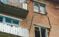 В ВКО жители поселка живут в доме, который может рухнуть в любой момент