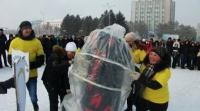 По центральной площади Семея бегал трёхметровый презерватив