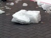 Жительница Усть-Каменогорска едва не погибла в результате падения на нее глыбы льда